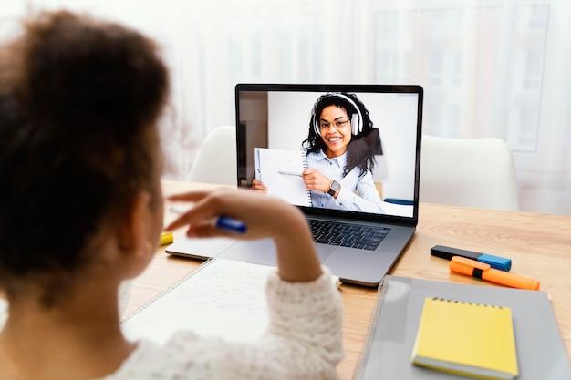 Petite fille à la maison pendant l'école en ligne