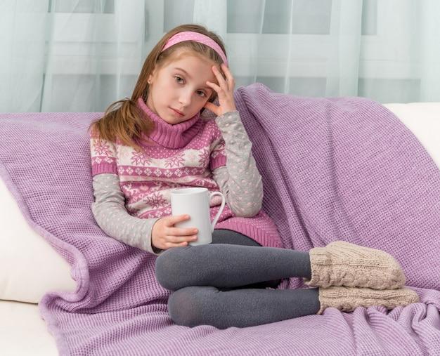 Petite fille malade, boire des médicaments