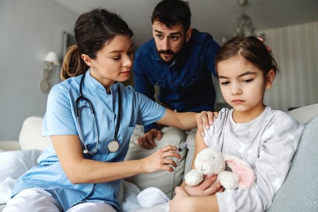 Petite fille malade se faire vacciner avec un remède