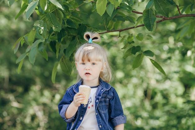 Petite fille mangeant une crème glacée
