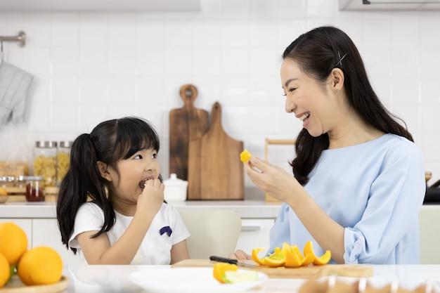 Petite fille mangeant des oranges
