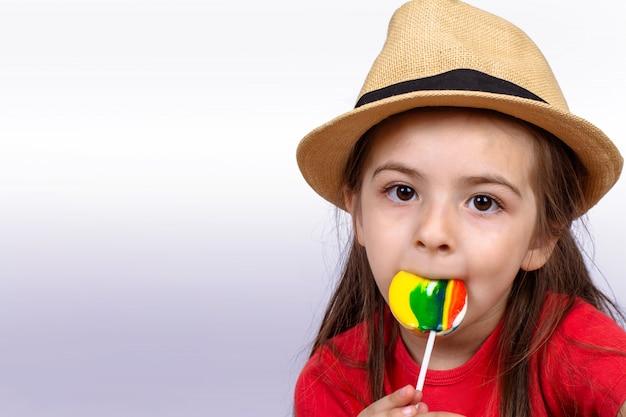 Petite fille mangeant une sucette.