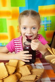 Petite fille, manger, marmelade