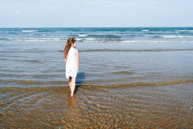 Petite fille marchant dans l'eau