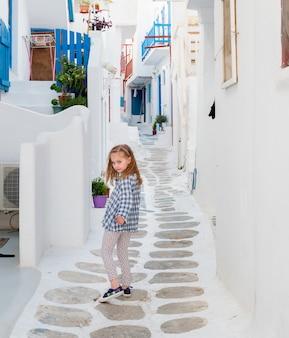 Petite fille marchant dans la ruelle étroite en grèce