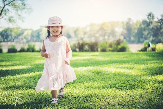 Petite fille marchant seule dans un parc ou une forêt