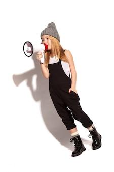 Une petite fille avec un mégaphone