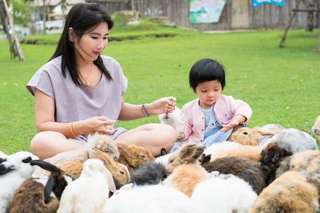 Petite fille et mère avec lapin