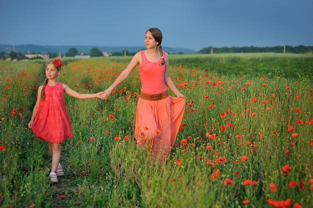 Petite fille, à, mère, marche, sur, a, champ pavot