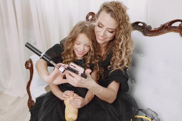 Petite fille et mère portant des robes noires