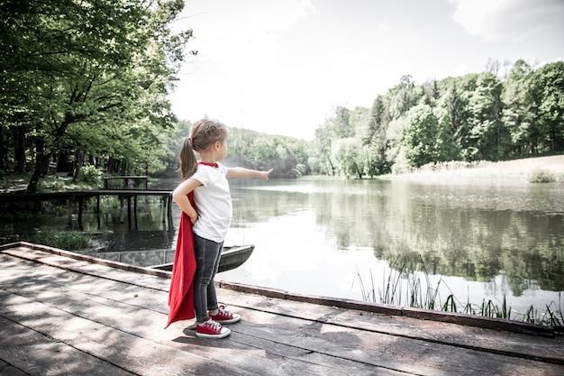 Petite fille mignonne en costume d'un super héros