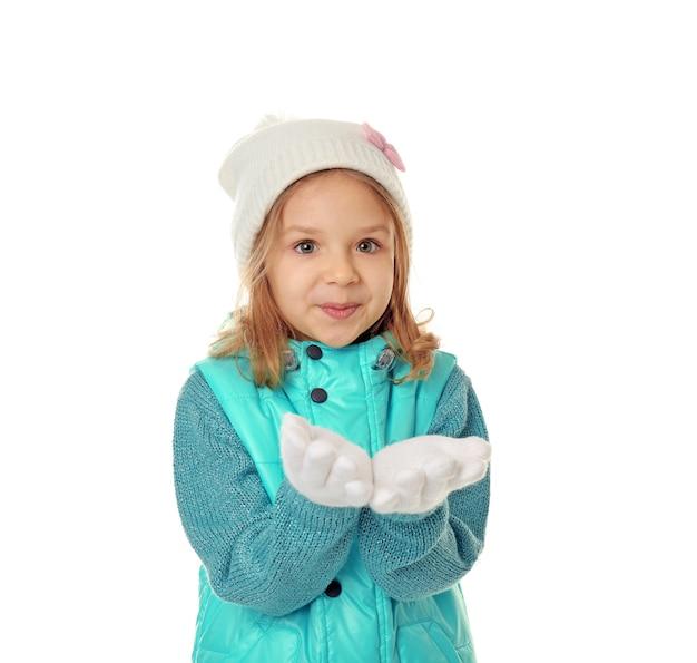 Petite fille mignonne dans des vêtements chauds