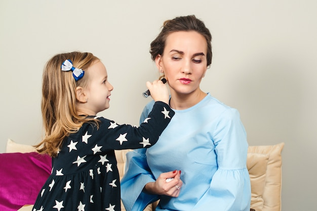 Petite fille mignonne faisant pour sa mère. passer du temps avec les enfants. famille aimante heureuse.