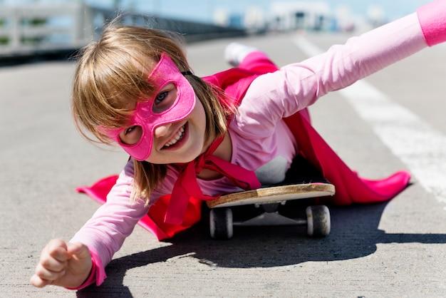 Petite fille mignonne jouant super-héros