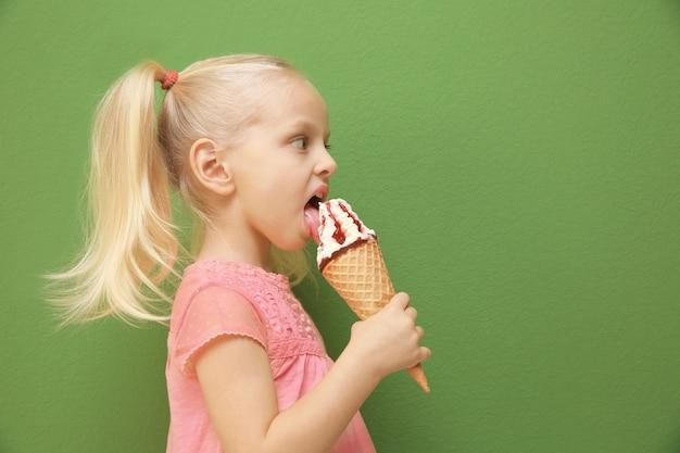 Petite fille mignonne mangeant la crème glacée