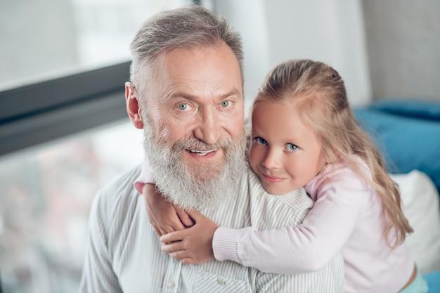 Une petite fille mignonne qui a l'air heureuse de passer du temps avec son père