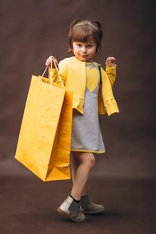 Petite fille modèle studio shopping