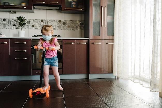 Petite fille monte en scooter. reste à la maison. campagne sur les réseaux sociaux pour la prévention des coronavirus.