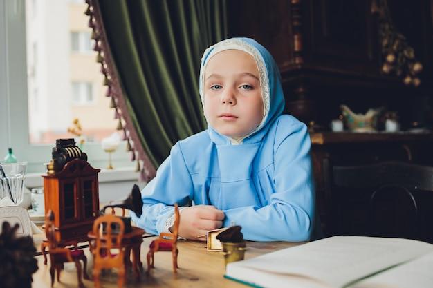 Petite fille musulmane portant un hijab bleu