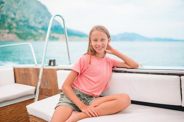 Petite fille naviguant sur un bateau en pleine mer claire