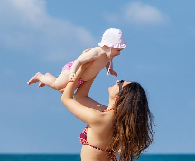 Petite fille nouveau-née jouant avec maman.