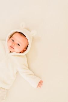 Petite fille nouveau-née posée sur son dos
