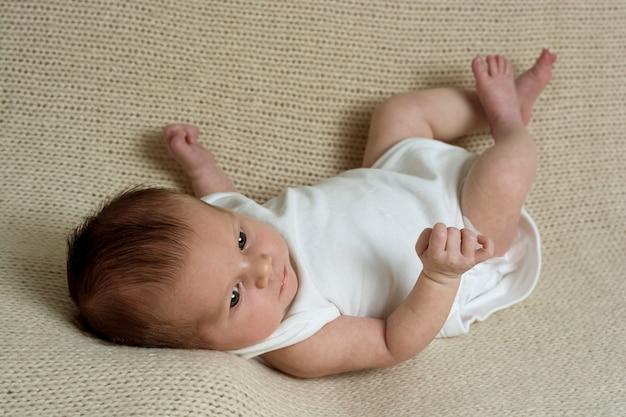 Petite fille nouveau-née se bouchent. santé du nouveau-né, parentalité et éducation.