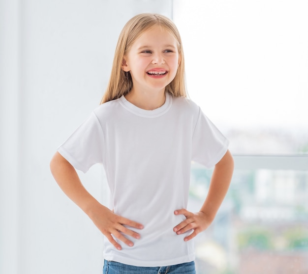Petite fille en nouveau t-shirt blanc