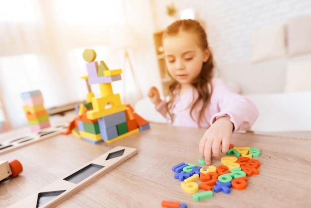 Petite fille avec des numéros de jouets pour l'école primaire