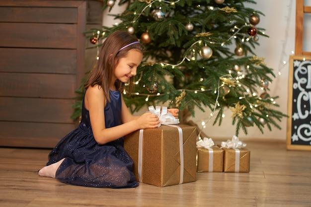 Petite fille ouvrant des cadeaux à noël