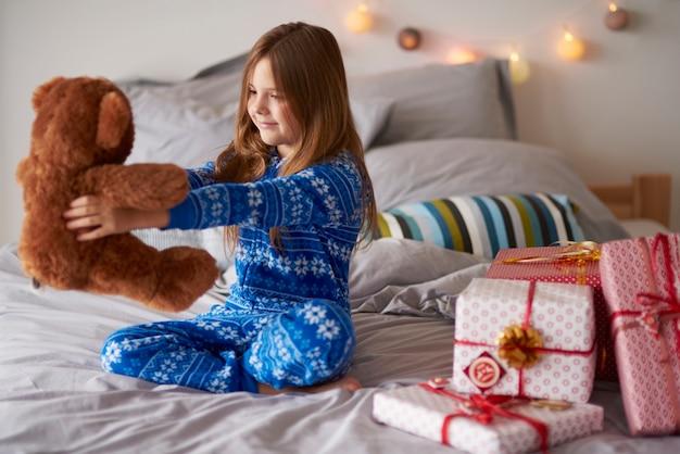 Petite fille ouvrant les cadeaux de noël