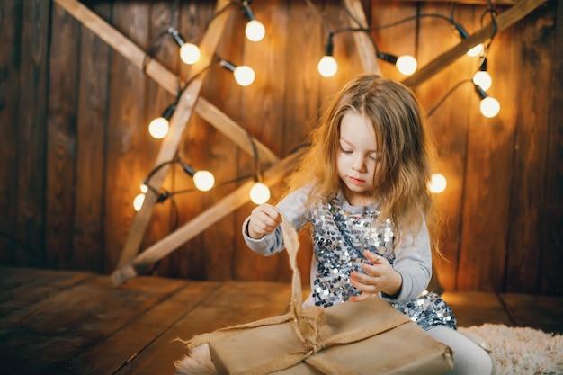 Petite fille ouvre des cadeaux