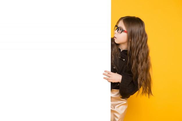Petite fille avec panneau blanc