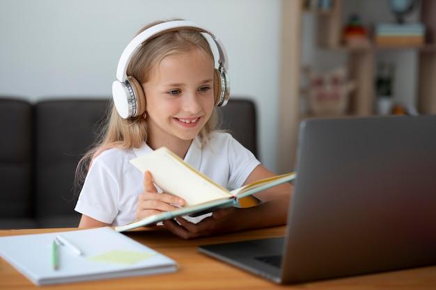 Petite fille participant à des cours en ligne