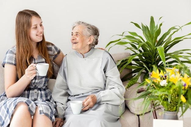 Petite-fille passe du temps avec grand-mère