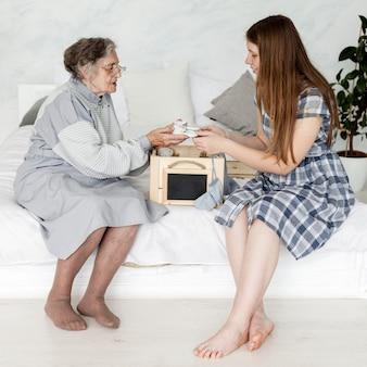 Petite-fille passe du temps avec sa grand-mère