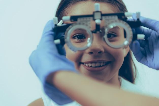 Petite fille patient à l'examen optique en clinique