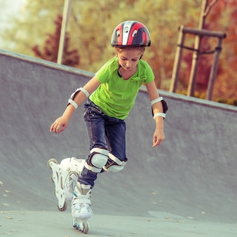 Petite fille sur patins à roulettes