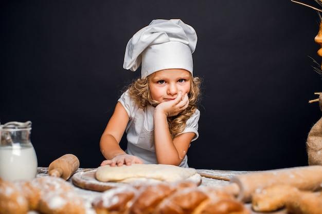 Petite fille, pétrir, pâte, table