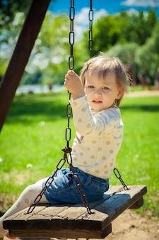 Petite fille peur de se balancer