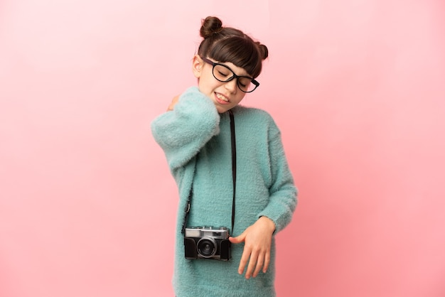 Petite fille photographe isolée souffrant de douleurs à l'épaule