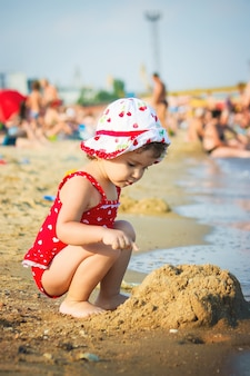 Petite fille sur la plage, au bord de la mer mise au point sélective.