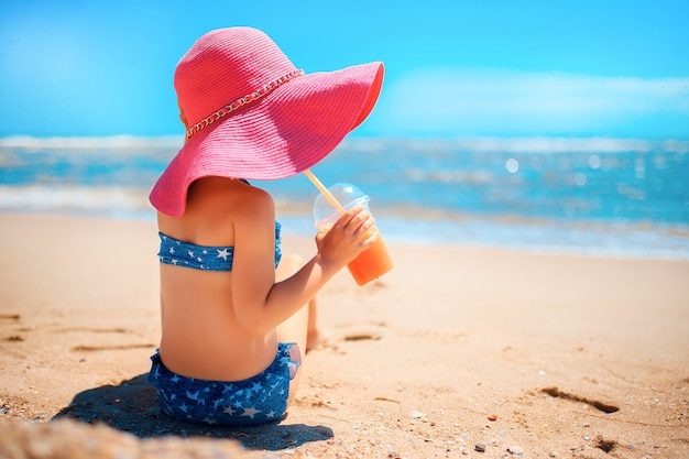 Petite fille sur la plage