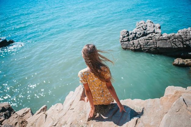 Petite fille en plein air sur le bord de la falaise
