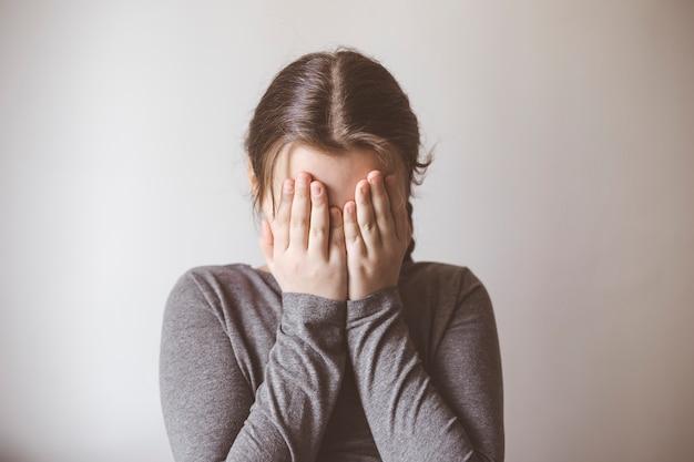 Petite fille en pleurs. le concept de dépression, de tristesse.