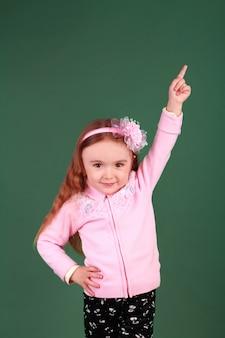 Petite fille pointant vers le haut