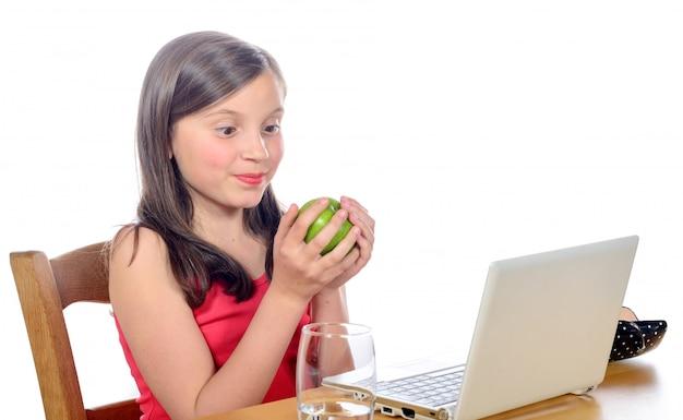 Une petite fille avec une pomme