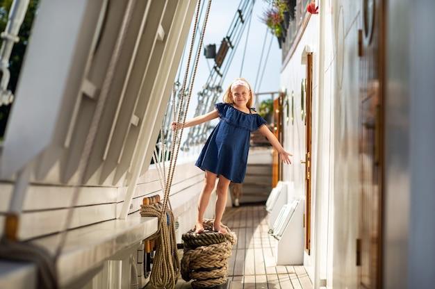 Une petite fille sur le pont d'un grand voilier dans la ville de klaipeda.lituanie