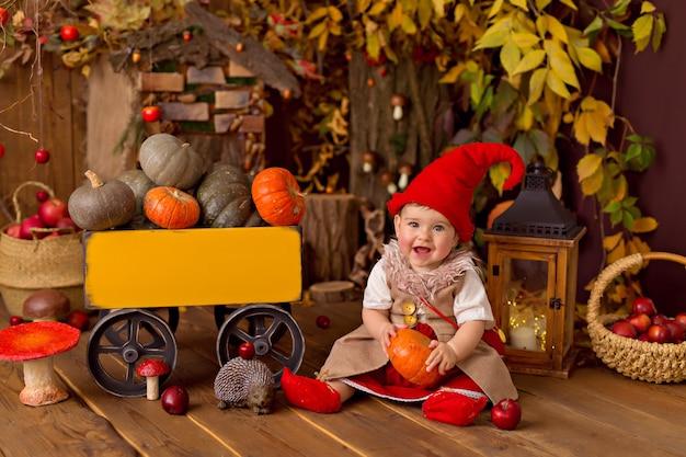 Petite fille portant un costume de gnome pour halloween