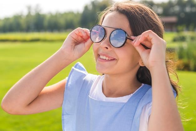 Petite fille portant des lunettes de soleil cool